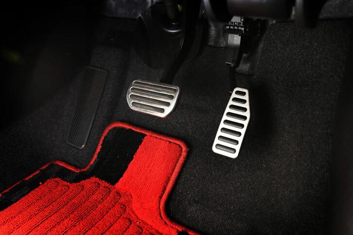 「スイフトスポーツ」ではMT車、AT車ともに、専用形状のステンレス製ペダルプレートが装備される。