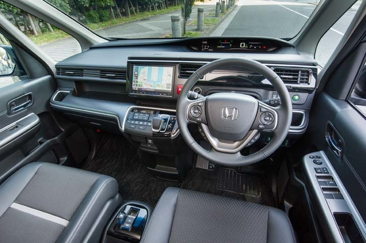 テスト車のインテリアカラーは「ブラック×シルバー」。ノーマルの「ステップワゴンには温かみを感じさせる暖色系が、「スパーダ」にはクールでスタイリッシュなブラック系がそれぞれ設定される。