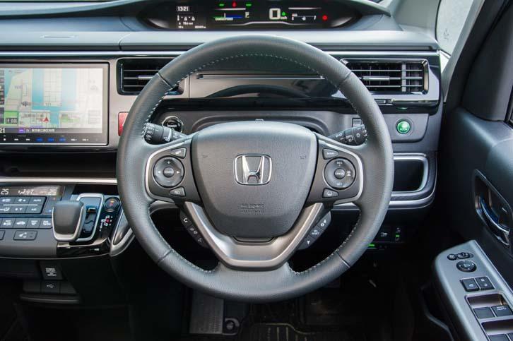 ハイブリッドモデルには、渋滞追従機能付きアダプティブ・クルーズ・コントロールが全車に標準で備わる。操作スイッチはステアリングのスポーク上に設置される。
