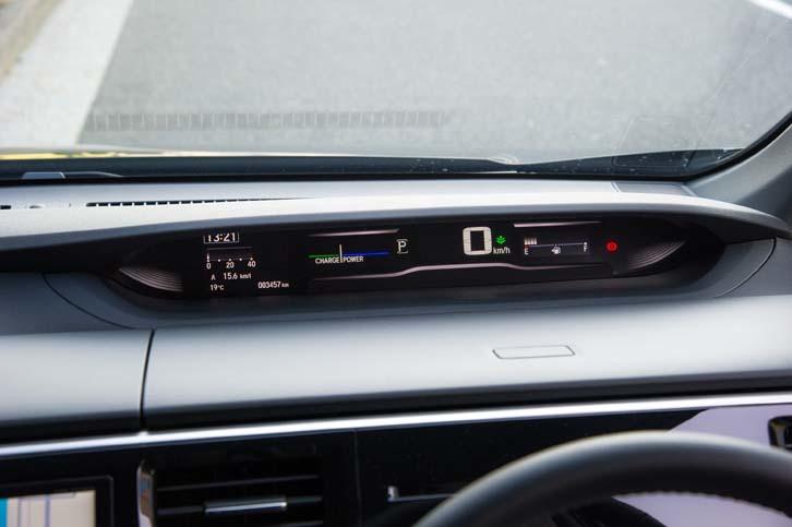 ハイブリッド車専用の機能として、メーターパネルにはエネルギーフローが表示される。