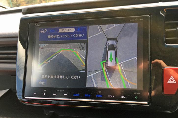 「スマートパーキングアシストシステム」を利用した駐車を試す。このときは2つの駐車枠の間を、駐車枠として認識してしまった。(著者撮影)