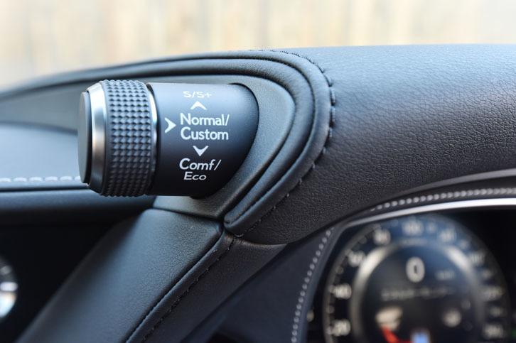 メーターフードの左側には、ドライブモードのセレクトダイヤルが設けられている。