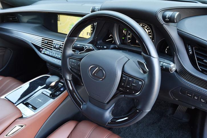 ステアリングホイールのスポーク部には、予防安全パッケージ「Lexus Safety System+A」やカーオーディオなどの操作スイッチが備わる。