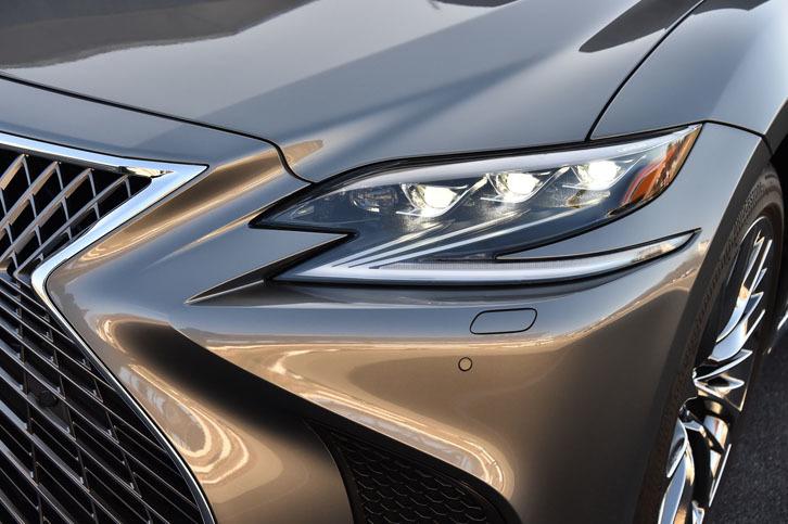 アグレッシブなデザインの3眼LEDヘッドランプ(写真)は全車に標準装備される。