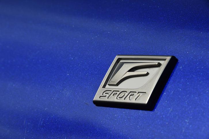 """スポーティーグレード""""Fスポーツ""""のフロントフェンダーには、専用のエンブレム(写真)が装着される。"""