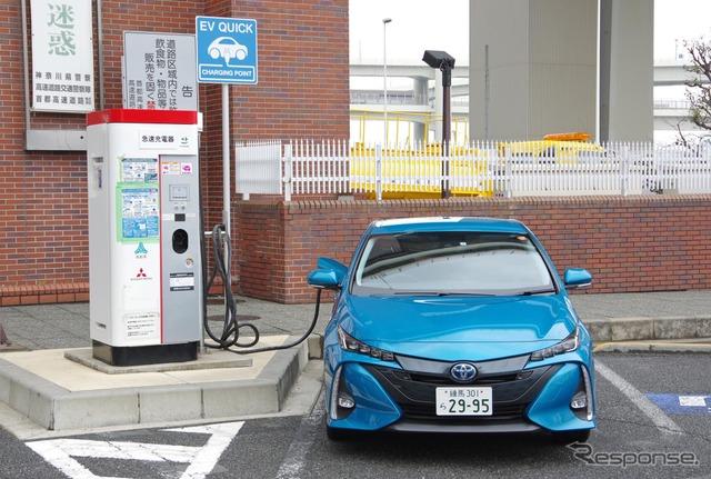 充電中のトヨタ プリウスPHV
