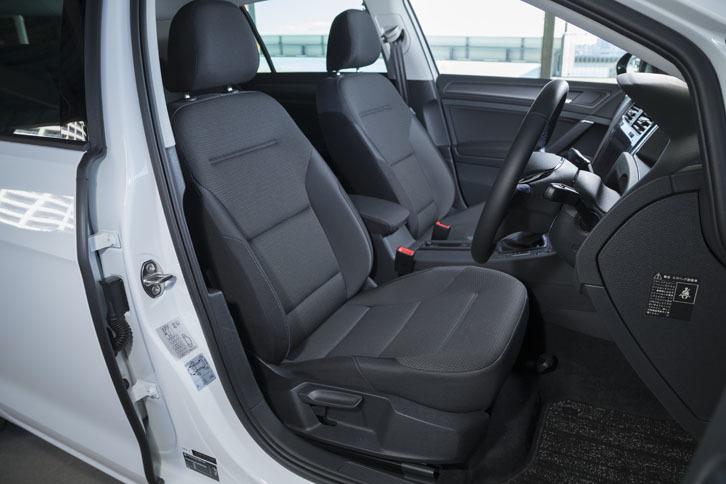 シートカラーは「e-ゴルフ」専用となる「チタンブラック」。運転席と助手席にはシートヒーターが標準で備わる。