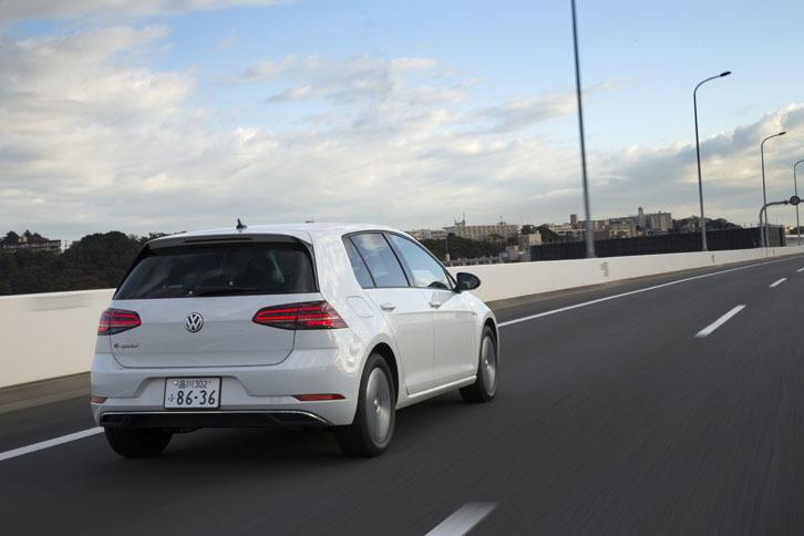 高速道路を行く「e-ゴルフ」。その動力性能は0-100km/h加速が9.6秒、最高速が150km/hと公表されている。