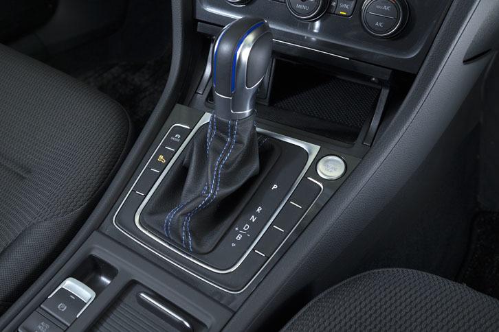 トランスミッションは備わらず、ギアは1段固定式。シフトセレクターでは、回生ブレーキの強さを4段階に設定できる。