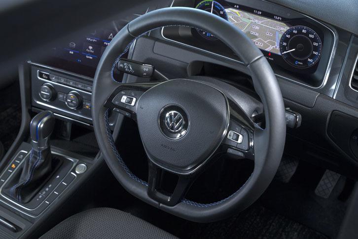 「e-ゴルフ」には、全車速に対応したアダプティブクルーズコントロールや車線維持支援機能の「レーンキープアシスト」といった先進安全装備が標準で備わる。操作スイッチはステアリングスポーク上に備わっている。