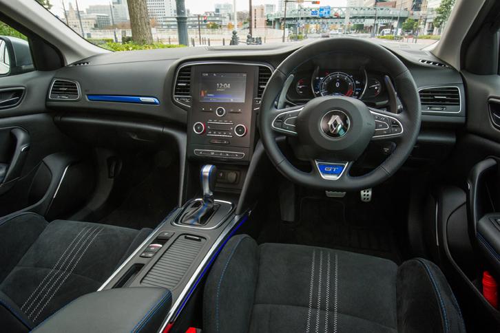インストゥルメントパネルまわりはハッチバック車の「GT」とほぼ共通。押しボタンの少ないすっきりとした操作系と、青いアクセントカラーが特徴。