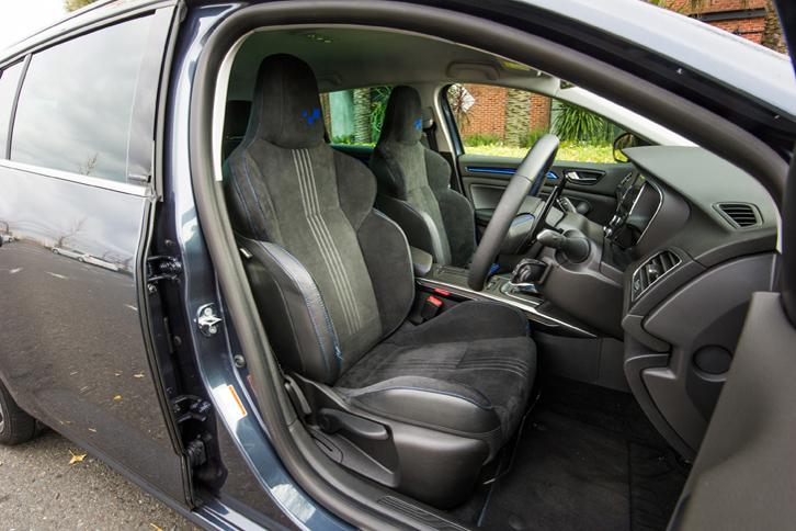 ハッチバック、「スポーツツアラー」ともども、「GT」グレードには表皮にアルカンターラを用いたスポーツシートが標準装備される。