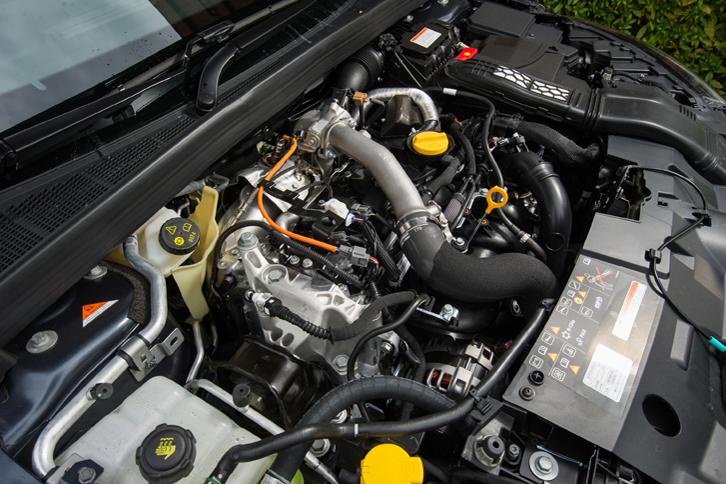 """最高出力205ps、最大トルク280Nmを発生する1.6リッター直4ターボエンジン。今時のクルマにしてはめずらしく、樹脂カバーなしの""""むき出し""""の状態でエンジンルームにおさめられている。"""