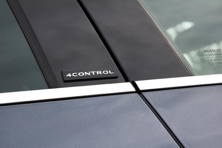 Bピラーに貼られた「4CONTROL」のバッジ。ルノーが「メガーヌ」に採用している四輪操舵機構は、通常時でも60km/h以下と、高めの速度域でも後輪を前輪と逆位相に操舵する点にある。