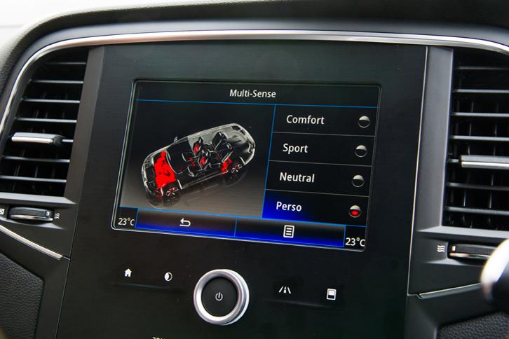 ドライブモードセレクターの操作は、ルノー最新のインフォテインメントシステム「R-LINK2」のタッチスクリーンで行う。走行モードは「ニュートラル」「コンフォート」「スポーツ」、そして各パラメーターを任意に調整できる「ペルソ」の4種類となっている。