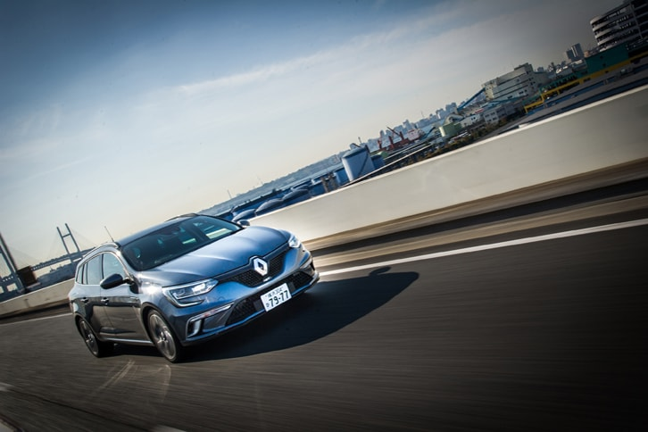 「4コントロール」は高速域では後輪を前輪と同位相に操舵。後輪のリアスリップアングルを抑え、走行安定性を高めることができる。