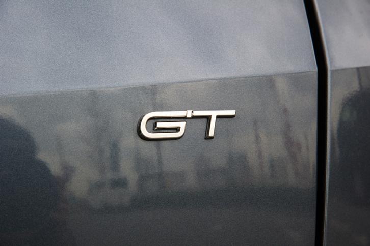 テールゲートに貼られた「GT」のバッジ。2017年の東京モーターショーや2018年の東京オートサロンには、「メガーヌ」のさらなる高性能モデル「ルノースポール」も出展されており、日本導入への期待が高まっている。