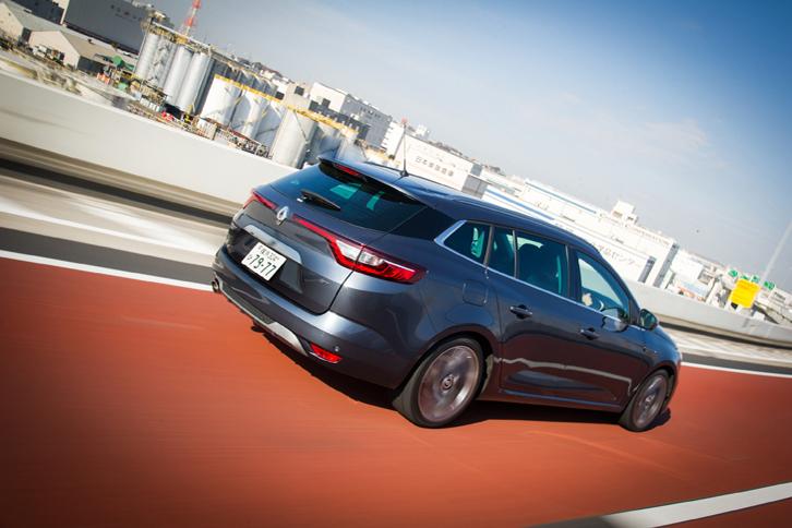 本国仕様では6.0リッター/100km(約16.7km/リッター、欧州複合モード)という燃費性能が発表されている「メガーヌ スポーツツアラーGT」。今回の試乗では442.4kmの距離を走り、満タン法による計測、車載燃費計による計測ともに、およそ10km/リッターという燃費を記録した。
