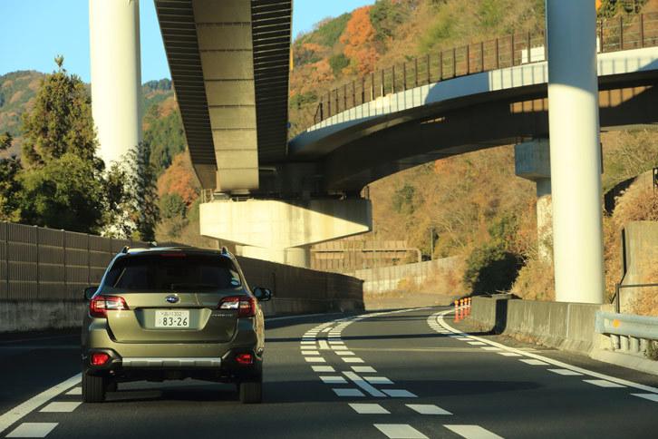 運転支援システムについても、前走車追従機能付きクルーズコントロールの使用可能速度域を拡大したり、後退時自動ブレーキシステムやフロント&サイドビューモニター、アダプティブドライビングビーム、ステアリング連動ヘッドランプを新たに採用したりするなど、大幅な改良がなされている。