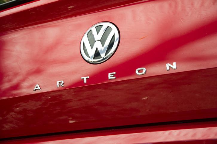 2017年3月のジュネーブショーで世界初公開されたニューモデル「アルテオン」。一部の市場で販売されるフルサイズサルーンを除くと、「パサート」の上に位置するフォルクスワーゲンの最上級モデルとなる。