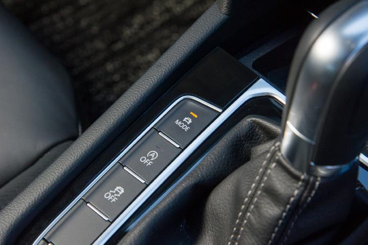 走行モードはセンターコンソールのスイッチでも切り替えが可能で、パワープラントやステアリング機構、可変ダンピングシステム、前走車追従機能付きクルーズコントロール、コーナリングランプ、空調、エンジン音の制御が変化する。