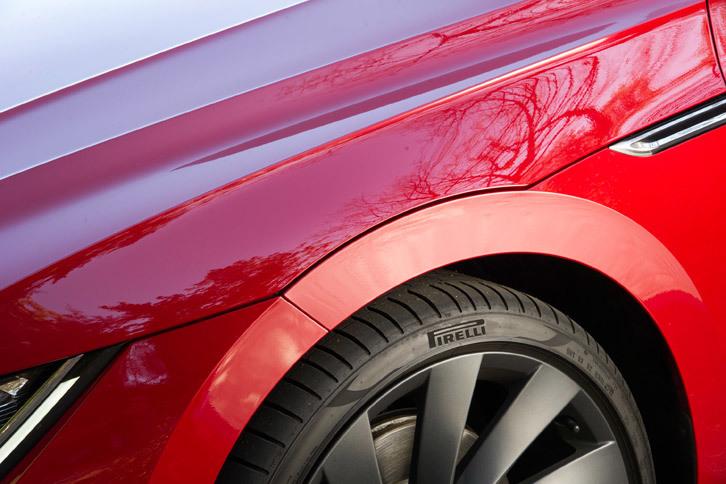 ショルダーラインと一体となった、ボンネットとフロントフェンダーパネルの境目。「アルテオン」には最新のアウディ車などと同じく、クラムシェル型のボンネットが用いられている。