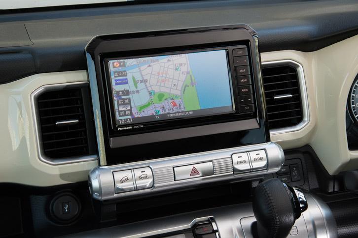 ナビ画面の下には、シリンダーを模したスイッチパネルが備わる。「スポーツ」「スノー」や「ヒルディセントコントロール」といった、走りをつかさどるボタン類が並ぶ(4WD車のみ)。