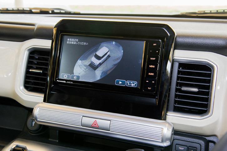 全方位モニターには、スズキの小型車初となる3Dビューを採用。写真のように室外から俯瞰(ふかん)したような映像に加えて、車体を透過したような映像の室内視点も表示できる。