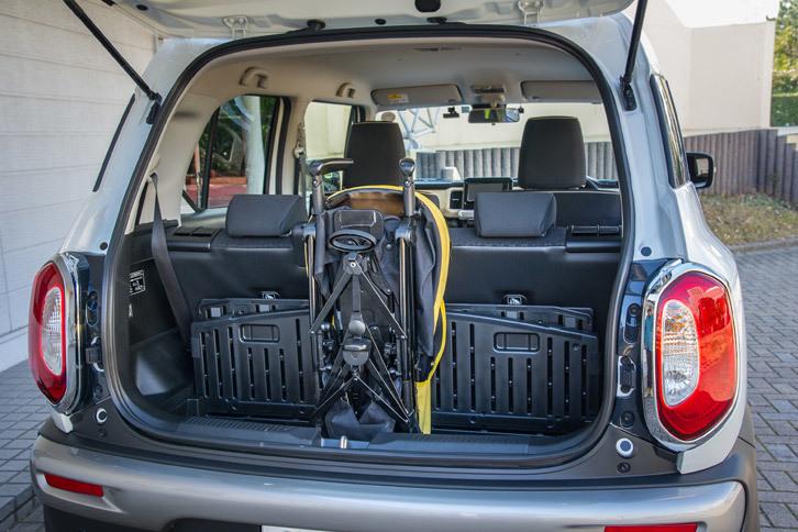 FF車のラゲッジアンダールームの容量は81リッター。写真のように、たたんだベビーカーを立てて収納することが可能。