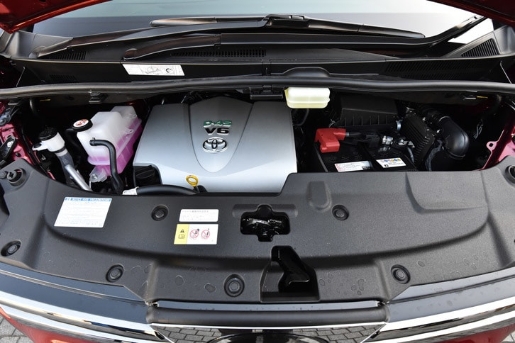 3.5リッターV6モデルのエンジンは、これまでの「2GR-FE」ユニットから「2GR-FKS」(写真)へと変更。トランスミッションは6段ATに代えて8段ATが採用されている。