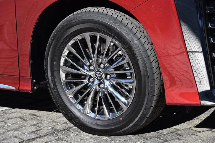 スパッタリング塗装が施された、「ヴェルファイア エグゼクティブラウンジZ」の17インチアルミホイール。タイヤはヨコハマの「ブルーアースE51A」が組み合わされていた。