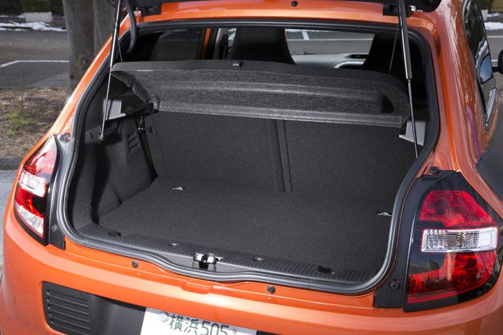 荷室の仕様は基本的に標準モデルと共通。ボードタイプのトノカバーは「GT」導入の少し前に導入が開始されたもので、他のグレードにも装備されている。
