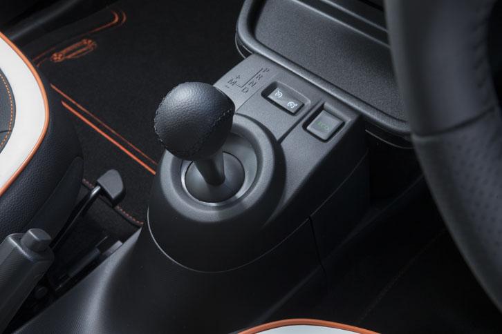 デュアルクラッチ式ATである6段EDCのシフトセレクターは、標準車と同じだ。