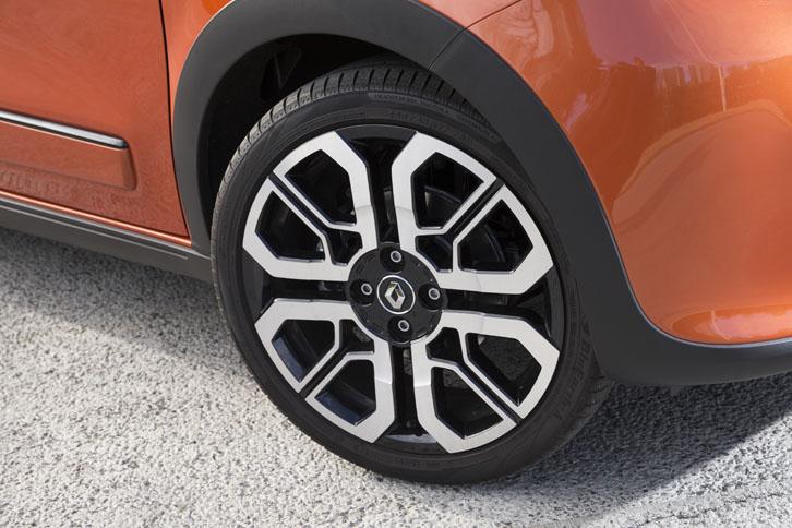 タイヤサイズは前が185/45R17、後ろが 205/40R17。ユニークなデザインのホイール「トゥインラン」は、その名のとおりコンセプトカー「Twin'Run(トゥインラン)」のホイールを模したものだ。