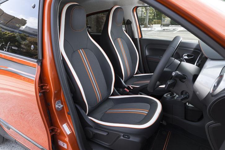 シートは合皮とファブリックのコンビタイプ。「GT」ではドアトリムにも合皮が用いられている。