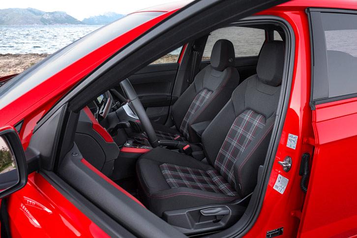 「GTI」おなじみの、チェック柄のデザインが目を引くスポーツシート。オプションでブラックのレザーシートも用意されている。
