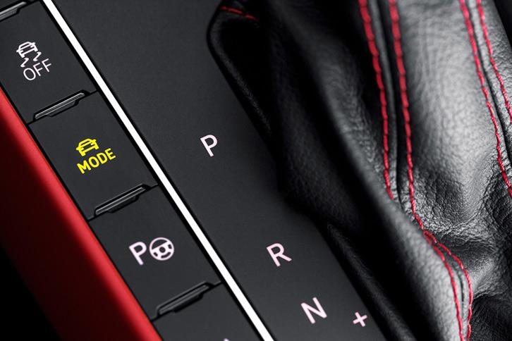 センターコンソールに備わるドライビングプロファイル機能のモード切り替えスイッチ。パワープラントなどの制御に加え、アクティブダンパー装着車ではダンパーの減衰力も切り替わる。