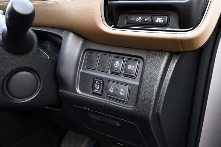 ドライブモードの切り替えスイッチは、ダッシュボードの右端に備わる。「ECO」は文字通りエコを最大限に重視したモード、「S」はSmart(賢い)の頭文字で、低燃費と加速を両立させたモードなのだ。