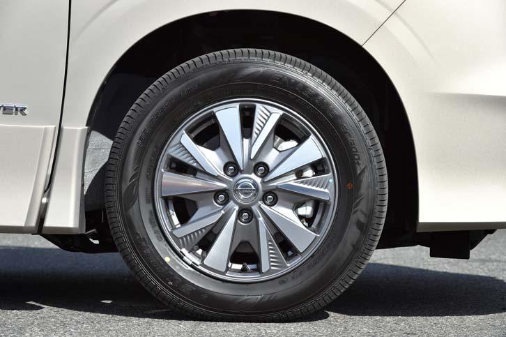 空力性能を重視したという、専用デザインのアルミホイール。テスト車にはダンロップのエコタイヤ「エナセーブEC300+」が装着されていた。
