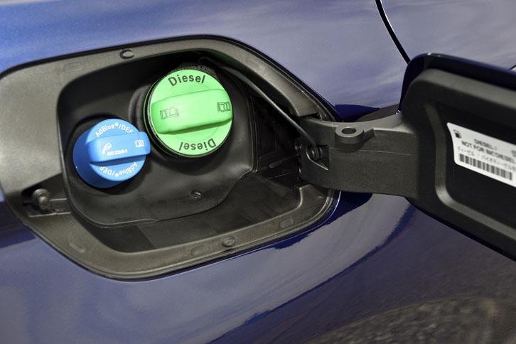 「パサート」のディーゼル車では、尿素水溶液(AdBlue)を使った排ガスの浄化システムが採用されている。写真左側の青いキャップがAdBlueの注入口で、緑のものは燃料(軽油)の給油口。