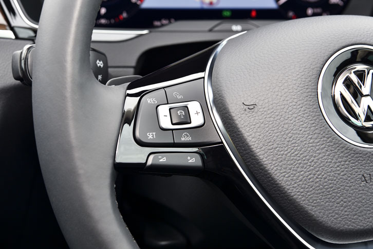 ステリングホイールの左側スポークには、全車速に対応するアダプティブクルーズコントロールのスイッチが備わる。