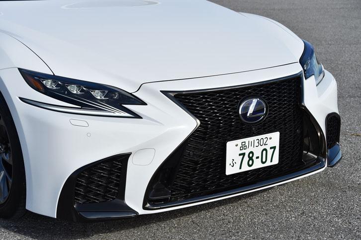 アグレッシブな表情を見せるフロントまわり。特徴的なデザインの「3眼LEDヘッドランプ」は「LS」全車に標準装備される。