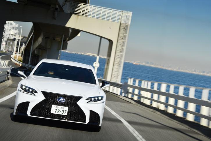 新型「レクサスLS」のFR車には、4輪の切れ角を最適に制御し旋回時の応答性を高める「LDH」が標準で備わる。