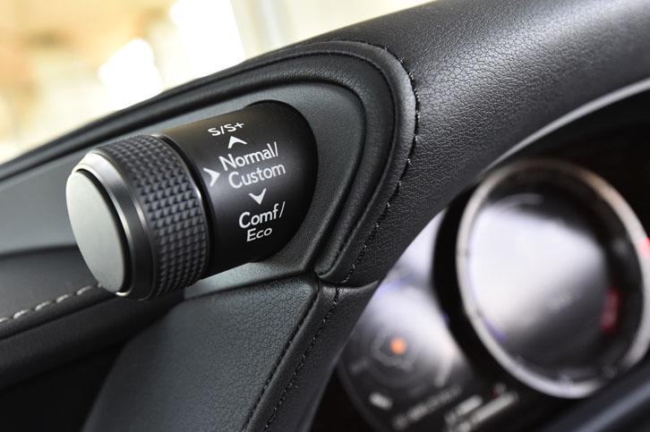ドライブモードのセレクターはダイヤル式で、メーターフードの左側に備わる。
