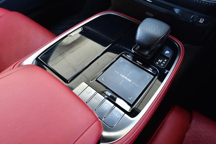 センターコンソールには、シフトノブのほか、インフォテインメントシステムの操作デバイスや、EVモードの選択ボタンが並ぶ。