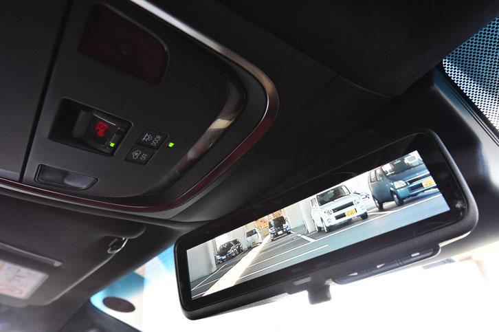車載カメラを使って後方の様子を映し出す「デジタルインナーミラー」。リアウィンドウシェード使用時や夜間でも良好な視界が確保できる。