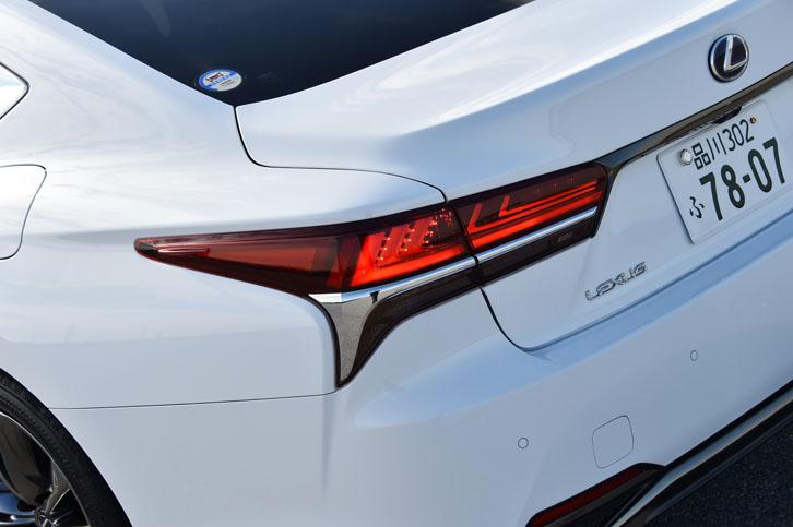 L字型をモチーフにしたフルLED式のリアコンビランプ。光が車体外側に向かって流れるように見えるシーケンシャルターンシグナルランプが採用されている。