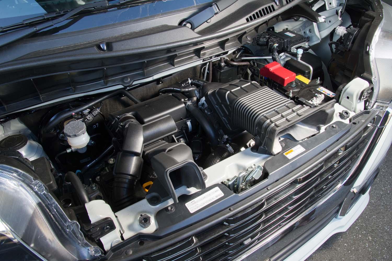 フロントフード下に収まる最高出力64ps、最大トルク98Nmの0.66リッターターボエンジン。モーターのみで最大10秒間のクリープ走行が可能なマイルドハイブリッド機構が組み合わされる。