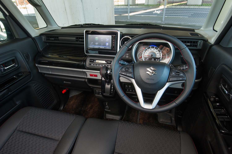 フロントガラスを立てた外装デザインとの兼ね合いで、新型ではダッシュボードの奥行きが深くなった。フロントシートに座ると、おでこの前に広大なスペースが広がる。