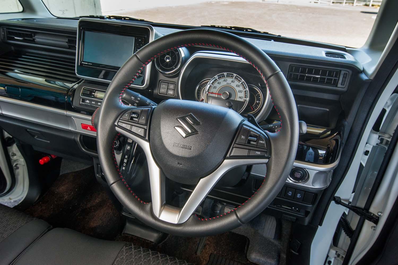 """ステアリングスポーク上には、""""クルーズコントロール""""の操作スイッチや、通常走行中にもモーターアシストを行うことで走行性能をアップさせる「パワーモード」のスイッチが備わる。"""